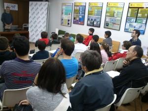 Alumnos y padres atienden a la charla sobre meteoros